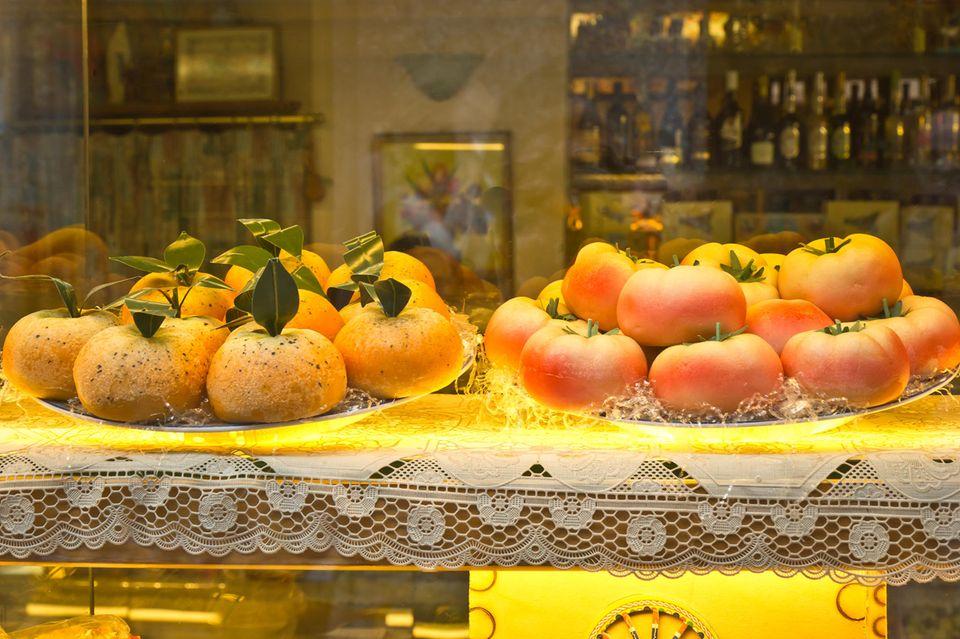 Marzipanfrüchte in Bäckerei ausgestellt