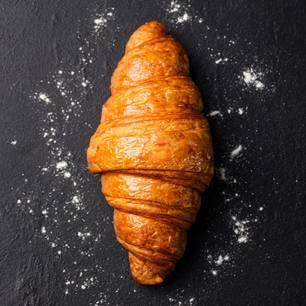 Frisches Croissant auf schwarzem Hintergrund