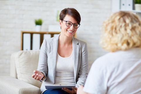 Psychologe: Psychologin berät eine Patientin