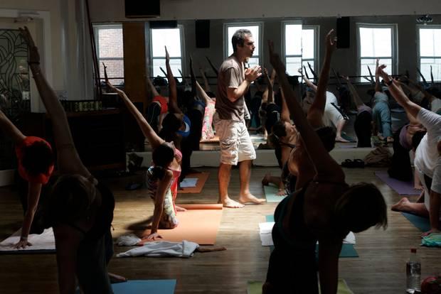 Bryan Kest leitet eine Yogastunde