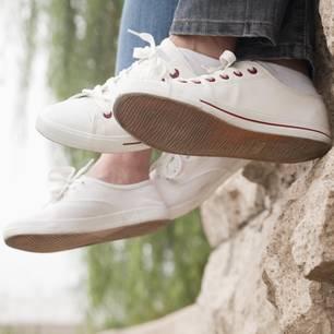 Reddit: Die Füße eines Paares baumeln vor einer Mauer