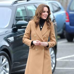 Herzogin Kate: im Mantel unterwegs