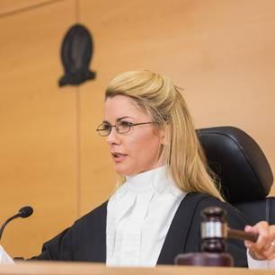Richterin fällt ein Urteil