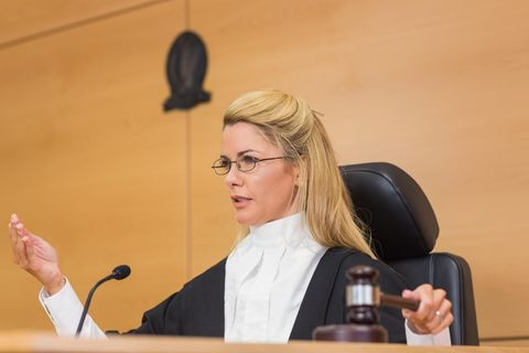 Richter: Richterin fällt ein Urteil