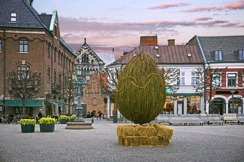 Reiseziele für jeden Feiertag: Ein Ei aus Stroh auf einem schwedischen Marktplatz
