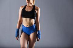 Trainierte Frau in Sportkleidung
