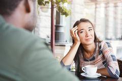 Komische Männer-Verhaltensweisen: Mann und Frau mit roter Nase