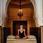 Beautytrends aus dem Ayurveda für ein strahlendes Aussehen: Frau im Yogasitz