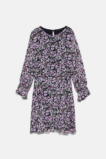 Lilac, beziehungsweise Flieder,ist DIE Trendfarbe 2020 und wir können es jetzt schon kaum erwarten, unseren Kleiderschrank auf Lila umzurüsten. Den Anfang macht dieses zuckersüße Blümchenkleid von Zara. Um 40 Euro.