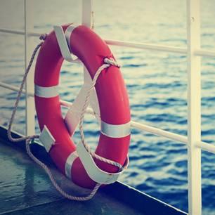 Rettungsring an Reling gelehnt