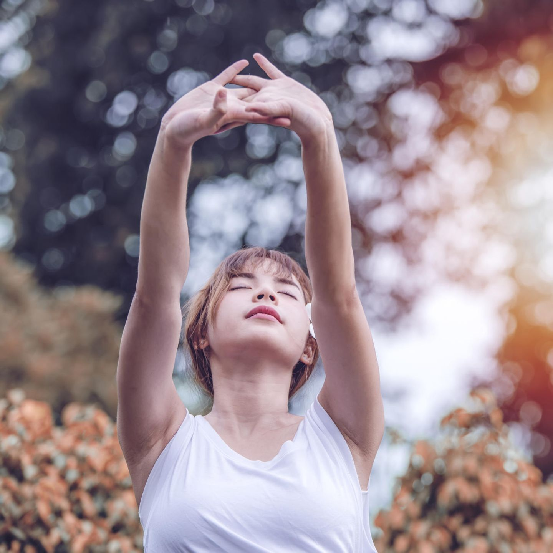 Atemübungen: Frau streckt sich aus