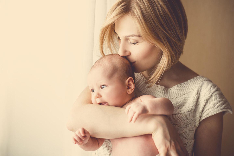 Studie: Kinder von Frauen in diesem Alter werden intelligenter - Mutter küsst ihr Baby