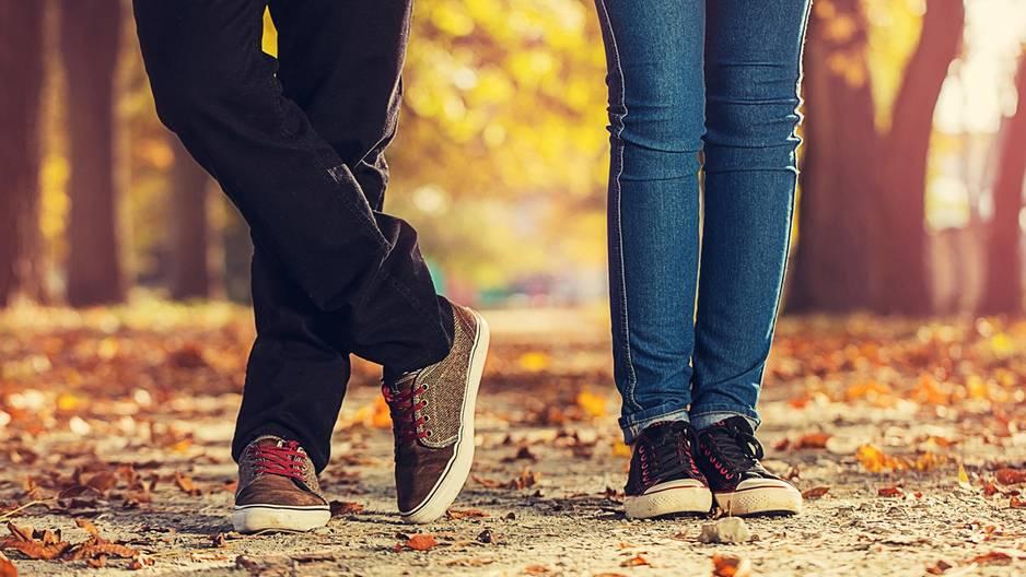 Gründe für Beziehungsangst: Beine von Mann und Frau