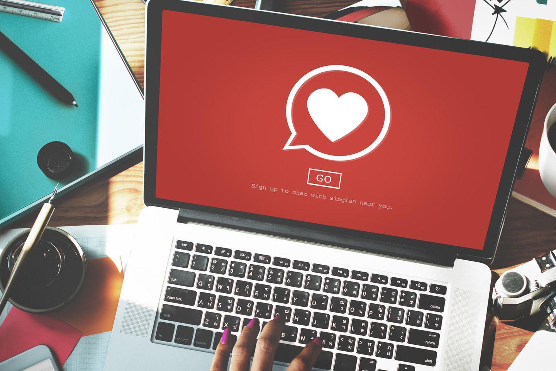 Online-Dating ist frustrierend: Wir verlieben uns nicht effizient!: Dating-Portal auf Laptop