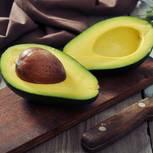 Das solltest du vor dem Avocado-Verzehr beachten: Frau in der Küche