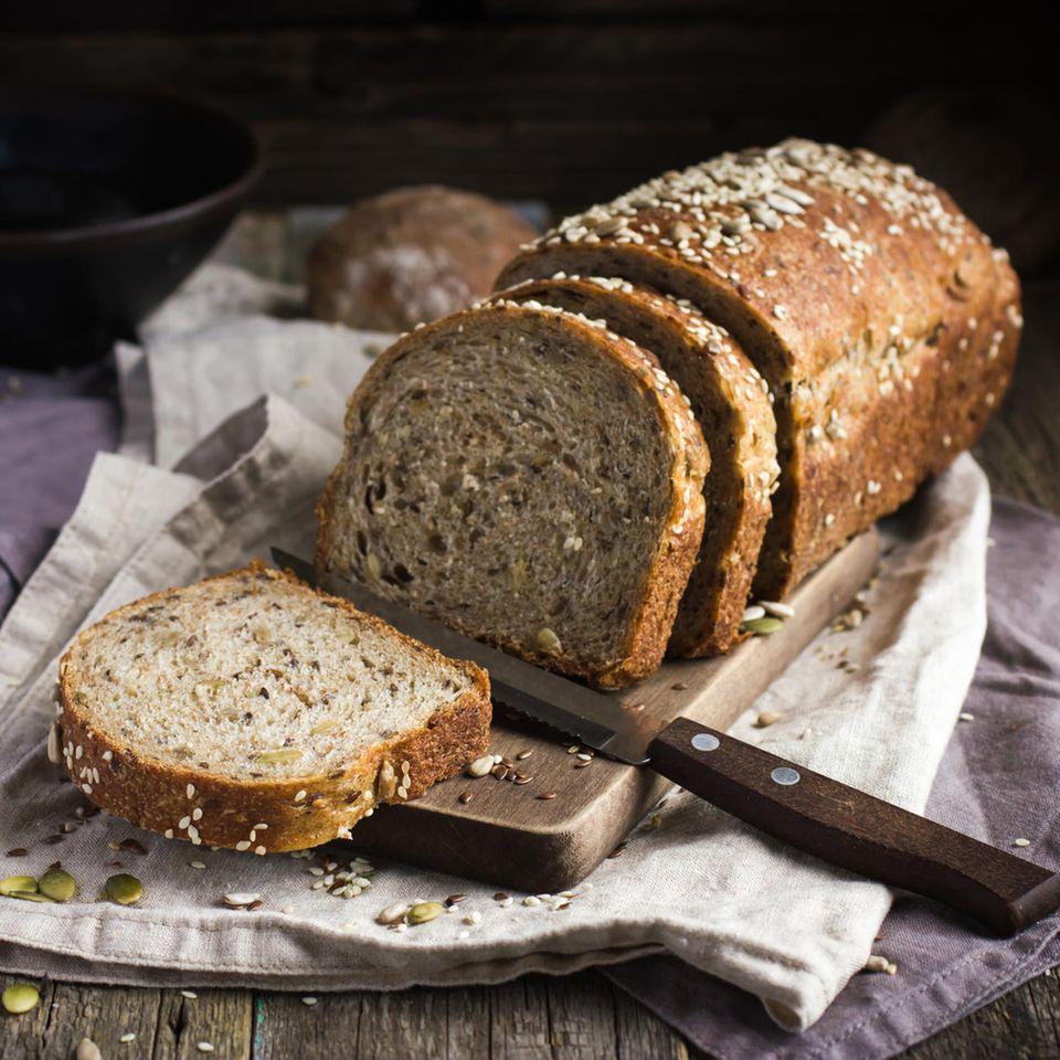 Angeschnittenes Brot auf Tuch