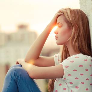Horoskop: Eine junge, schöne Frau denkt über ich nach