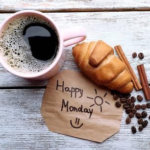 Horoskop: Ein KAffee, Croaisant und eine HAppy-Monday-Notiz