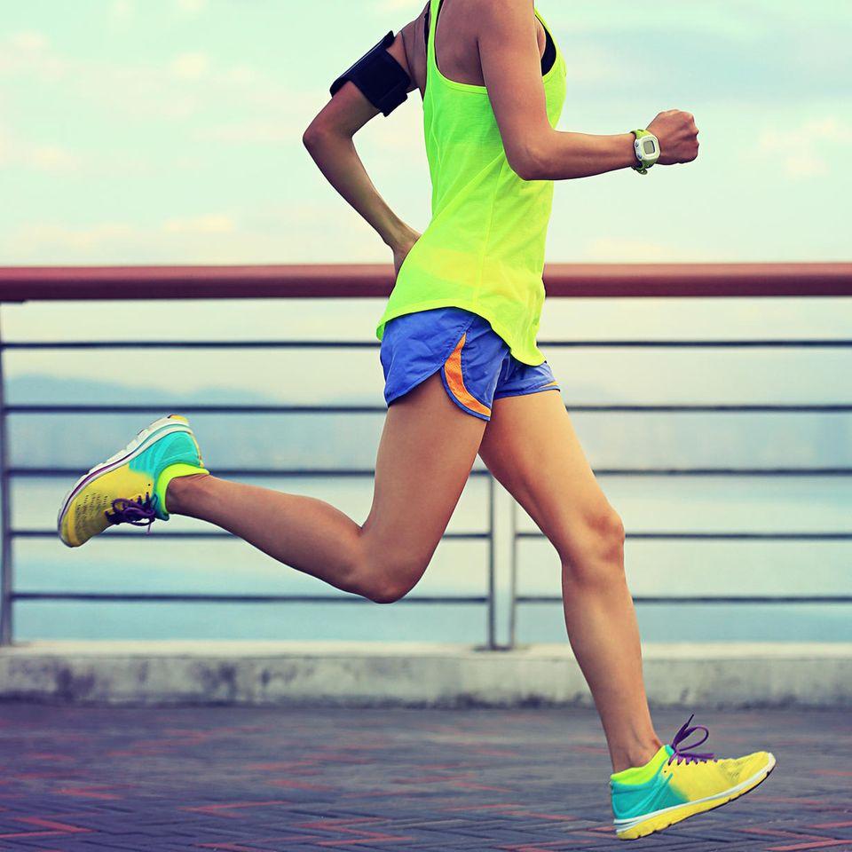 Frau läuft über Brücke
