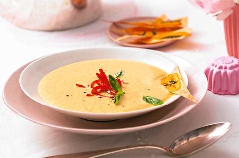 Möhren-Haselnuss-Suppe mit Cheddar-Ecken