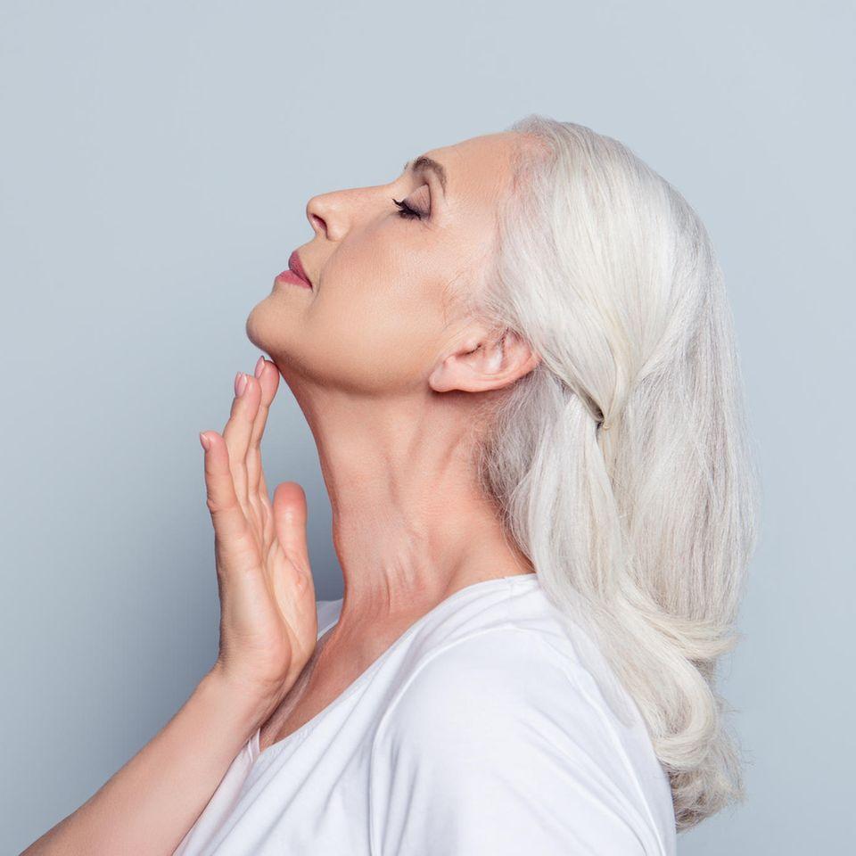 Frau mit grauen Haaren im Profil