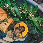Pilzsoße und grünes Gemüse