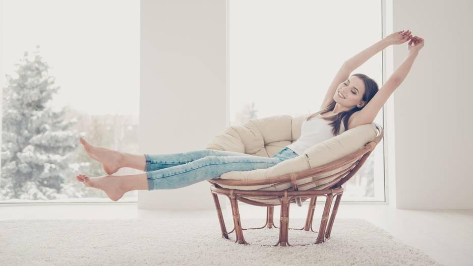 Wie du mit wenigen Minuten Einsatz am Tag dein Leben optimieren kannst: Zwei Kolleginnen sitzen auf dem Boden