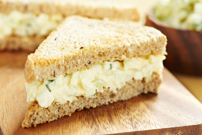 Sandwich mit Eiersalat auf Brett