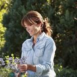 Ältere Frau bei der Gartenarbeit