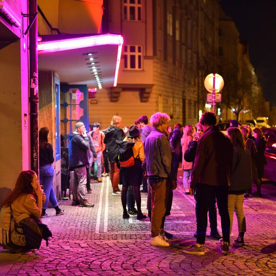 Menschenmenge auf Straße in Prag