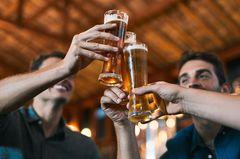 Männer gehen zusammen einen trinken