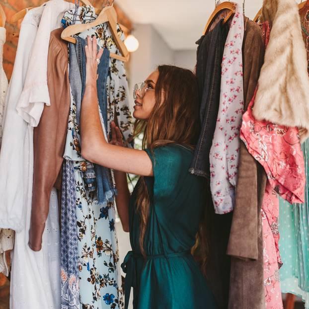 Kleiderschrank ausmisten: Von diesen teilen trennen wir uns