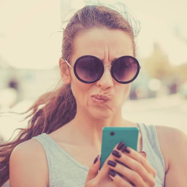 WhatsApp-Fehler, die jeden Flirt vergraulen: Frau schreibt SMS