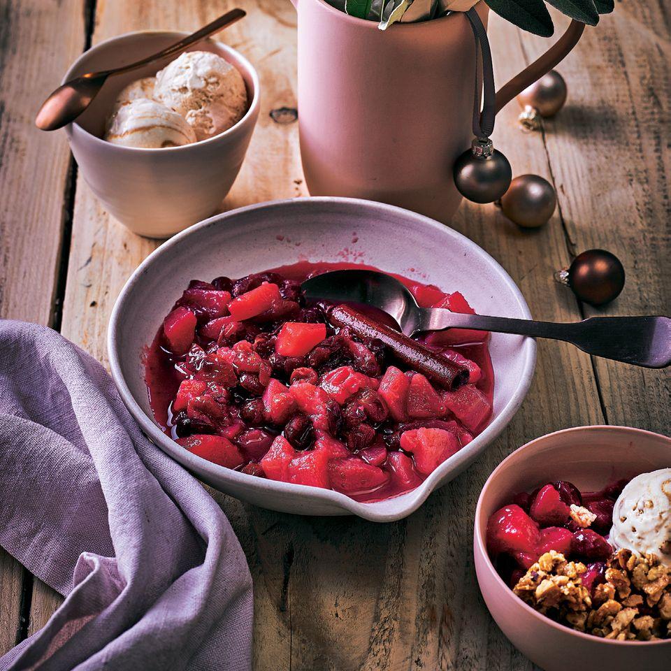 Birnen-Cranberry-Kompott mit Haselnussbröseln und Krokant-Eis
