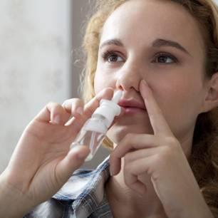 Nasenspray selber machen: Frau benutzt Nasenspray