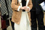 So schön und so kuschelig präsentierte sich Sienna Miller den Fotogtrafen beim Sundance Film Festival. Zum weißen Maxirock kombinierte die Schauspielerin einen schwarzen Rollkragenpullover, Fellboots und einen Fake-Leder-Mantel mitKunstshearling-Innenfutter. Und das Beste daran: Der Mantel ist ein absolutes Schnäppchen ...