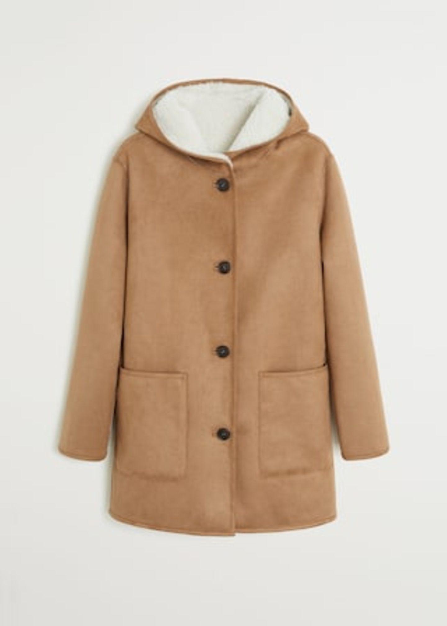 Der warme Kuschel-Mantel ist von Mango und kostet gerade einmal 90 Euro. Und wenn man sieht, wie Sienna damit im Handumdrehen einen super stylischen Look zaubert, ist das doch definitiv eine Investition wert, oder?