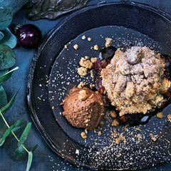 Nugat-Mousse mit Zwetschgen-Crumble