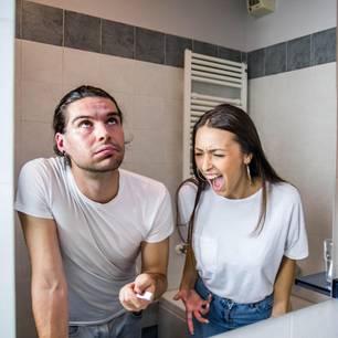 Diese Badezimmer-Streitigkeiten gefährden deinen Beziehung: Pärchen vor dem Spiegel