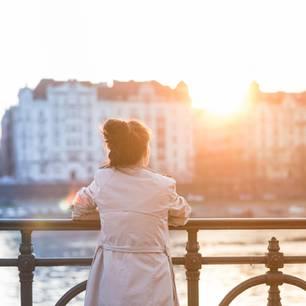 Horoskop: Eine einsame Frau steht auf einer Brücke