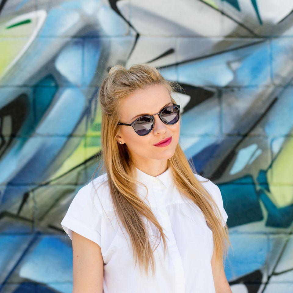 Half Bun: Frau mit Sonnenbrille und Half Bun