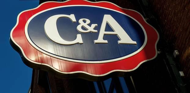 C&A: Krise - Modekette schließt 13 Filialen in Deutschland - Leuchtschild von C&A