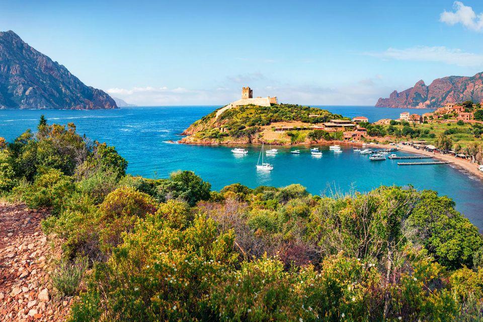Hafen und Strand auf Korsika