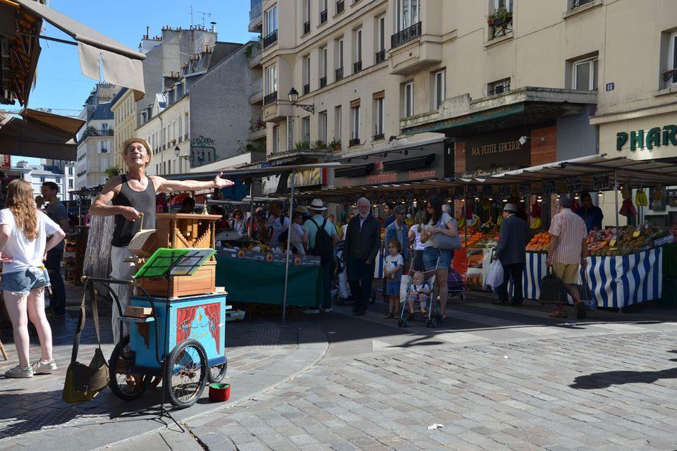 Marktplatz mit Straßenmusiker