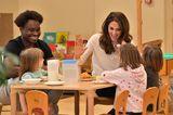 Herzogin Kate: sitzt mit Kindern am Tisch