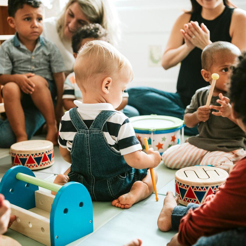 Berlin: Kein Kita-Platz - Mutter klagt und erhält 7500 Schadenersatz - Kinder in Kita