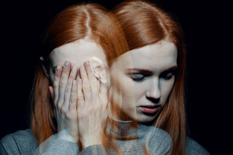 Zwei Einstellungen einer Frau mit roten Haaren