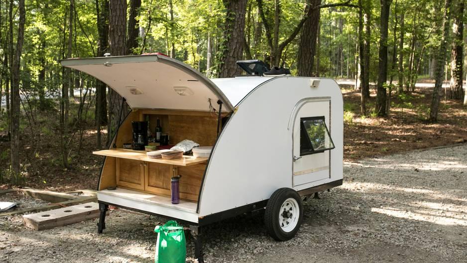 Wahnsinn: Mini-Wohnwagen verwandelt sich in kleines Haus