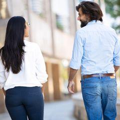 Frau und Mann unterhalten sich auf der Straße