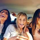 Lebensfreude wiederfinden: Drei Frauen im Auto lachend